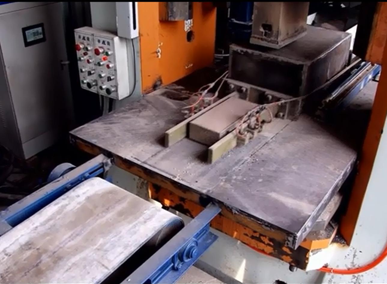 <b>电动螺旋压力机自动计量布料、成型、出砖</b>