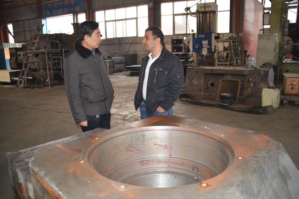 伊朗耐火材料企业参观考察华隆数控压力机