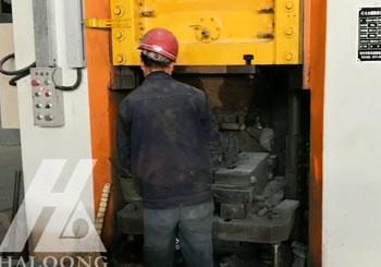 630吨电动螺旋压力机硅莫砖生产现场